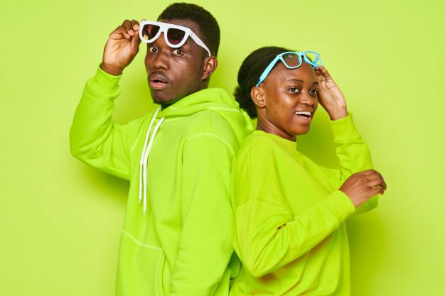 african-american-para-w-zielone-dresy-i-okulary_163305-4046