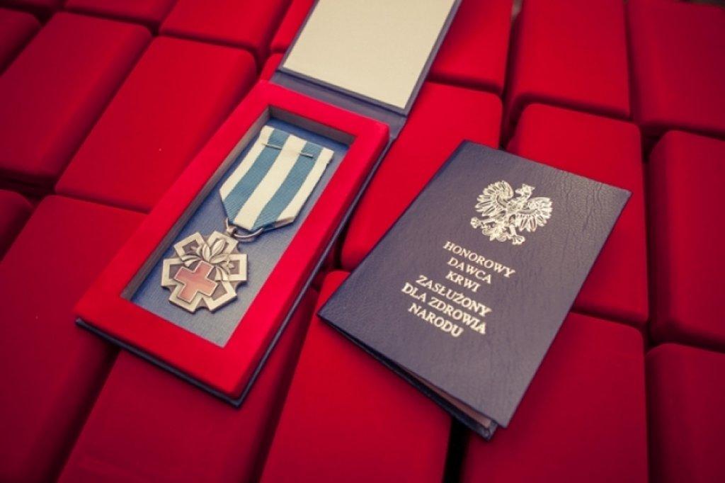 legitymacja i odznaczenie honorowy dawca krwi